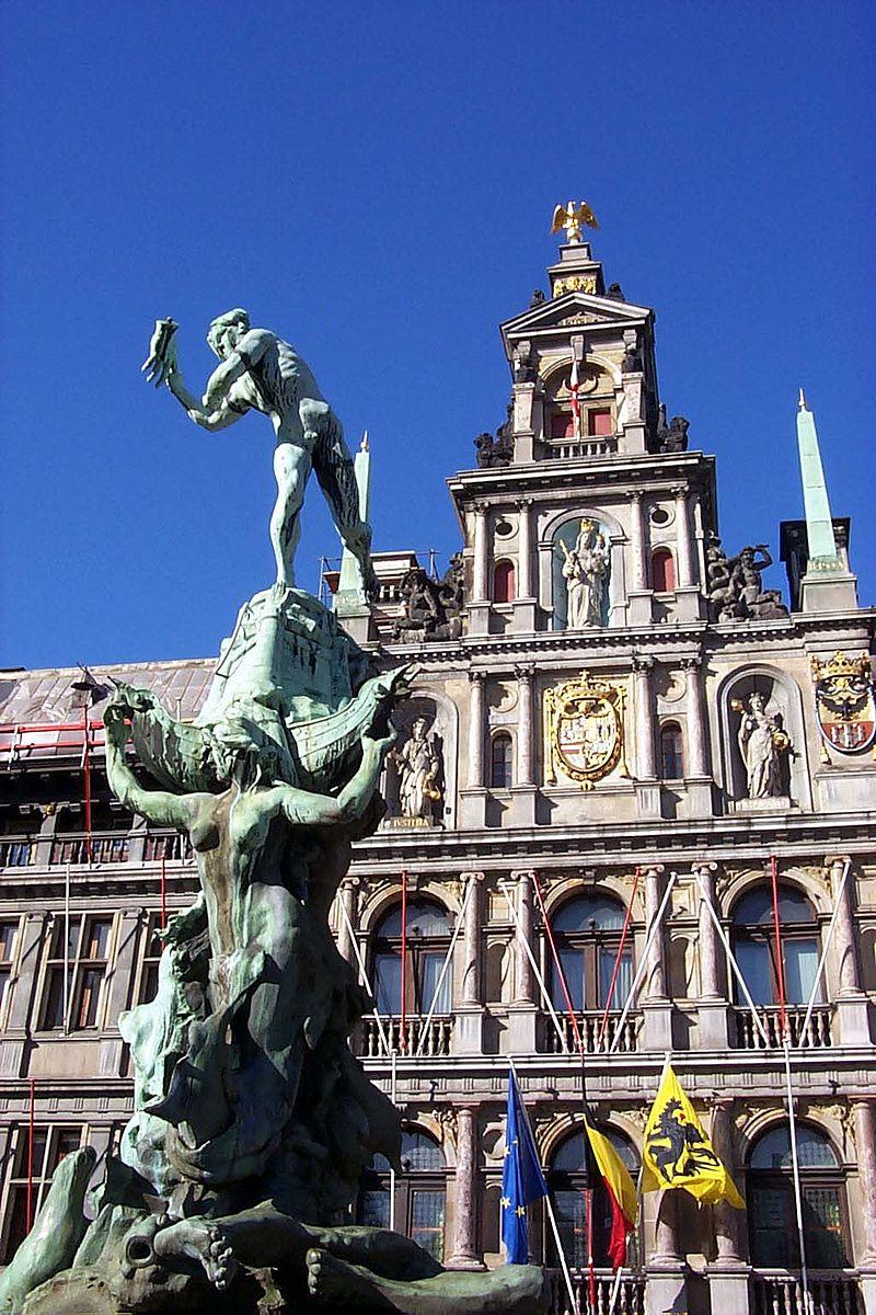 Het Stadhuis Antwerpen met op de voorgrond het beeld van Silvius Brabo