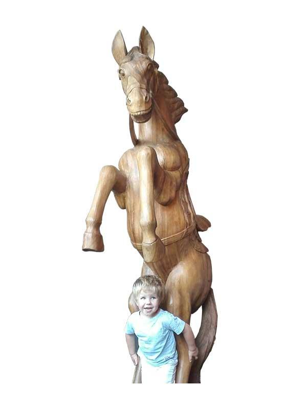 Exclusief, zeer groot steigerend paard (2,70 mr)